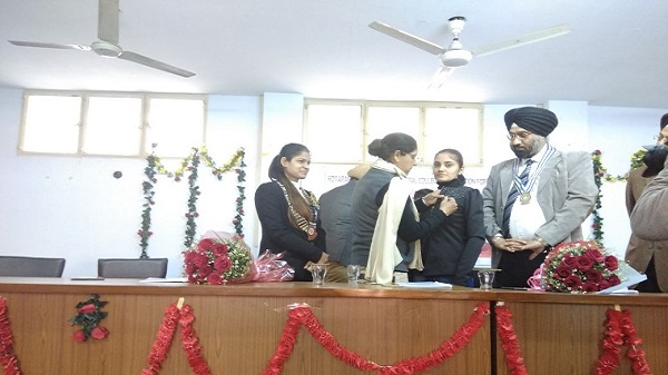Dr. Naginder Kaur, Principal fix the designation pin to Newly Elected President of Rotaract Club of MCCEW Ludhiana Midtown