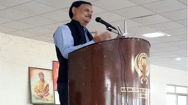 Mr. C.S. Talwar( Rtd. IAS) addressing the Students during Swami Vivekananda's 124th Chicago Address Anniversary